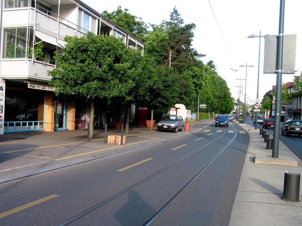 Bandes cyclables et stationnement pour les clients des commerces