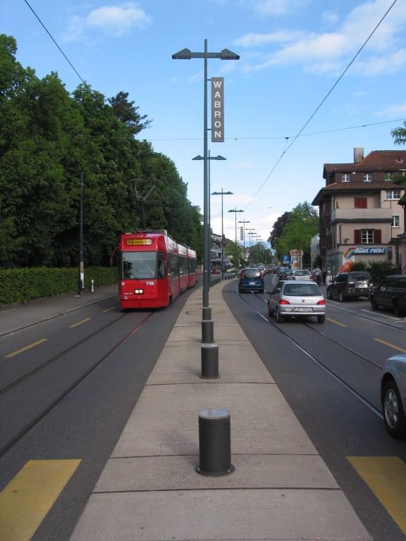 La berme centrale empêchent les voitures de quitter leur voie