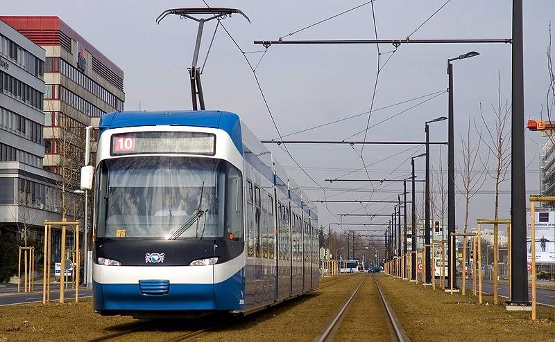 Tram rapide de Glatt (Zurich) reliant l'aéroport à la gare centrale