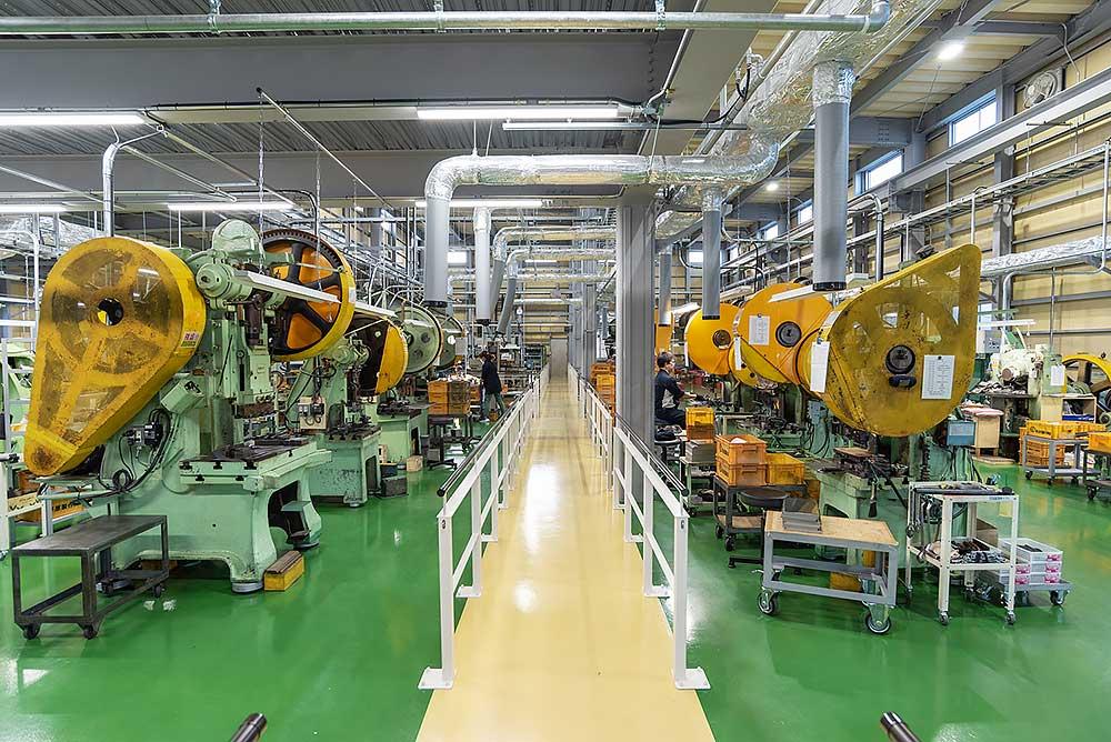 工場見学のスタートラインです。機械も工場もピカピカです。