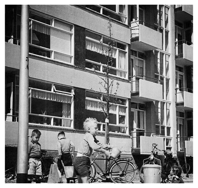 """Dr de Visserlaan 1954/55. De bewoners van de Dr de Visserlaan waren in 1953 de eerste bewoners van Nieuwland! Nieuwland werd in die tijd ook wel  """"De Hongerput genoemd"""""""
