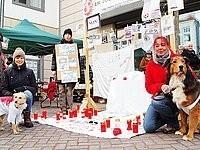 Protest auf zwei Beinen und vier Pfoten: Mahnwache-Organisatorin Ulrike Welslau (links) mit ihren Mitstreiterinnen. | Foto: Nicole Reineke