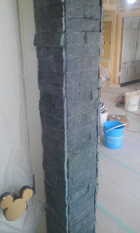 タイルで柱を施工