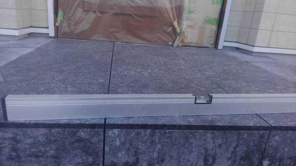 佐島の丘で玄関床に400角御影石を施工