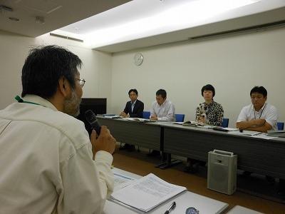 前回(2013.10.17)交渉時の写真。右列の九電担当者らを追及する仲間。