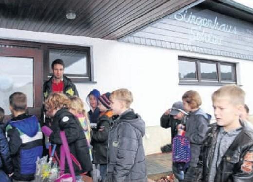 Auf ins DGH: Sportlehrer Tobias Truß mit seinen Schülern. Fotos: Rösner