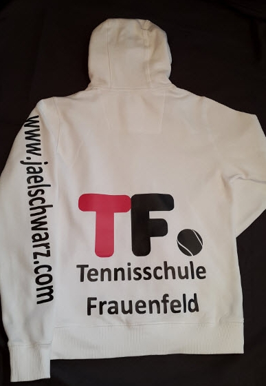Trainingsjacke eins Jungtalents im Tennis