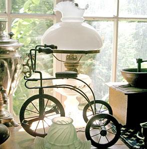 Petroleumlampe und Dreirad