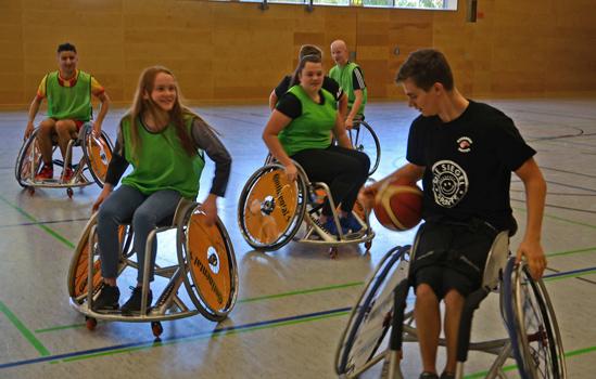 Im Spiel alle gegen Eike Gößling (vo.re.) hatten die Schüler keine Chance – Foto: JPH