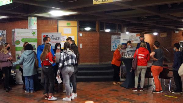 Viele Gespräche fanden dann in der Schulstraße statt – Foto: JPH