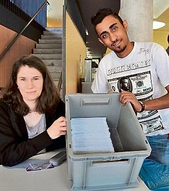 Stefanie Worm und Ali Naghilo freuen sich, dass nach wenigen Stunden bereits 80 Speichelproben abgegeben worden sind. (eggers/haz)