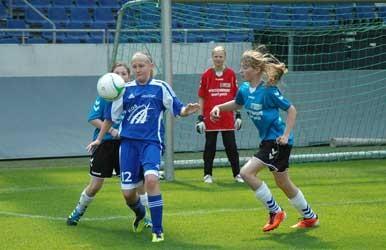 Gemeinsam im Abwehrkampf, die Sehnder Spielerinnen in Hellblau - Foto: JPH