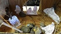 Schüler gestalten eine Steinzeithöhle anhand eines Forscherberichts