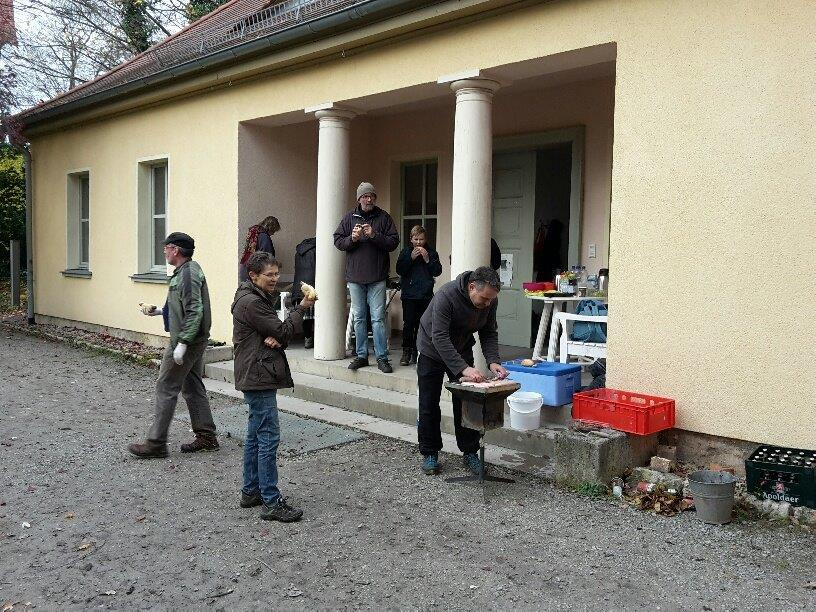 Zum Jahresabschluss der Arbeitseinsätze hatte Mario Röppnack für alle Helfer noch einmal eine Bratwurst auf den Rost gelegt.