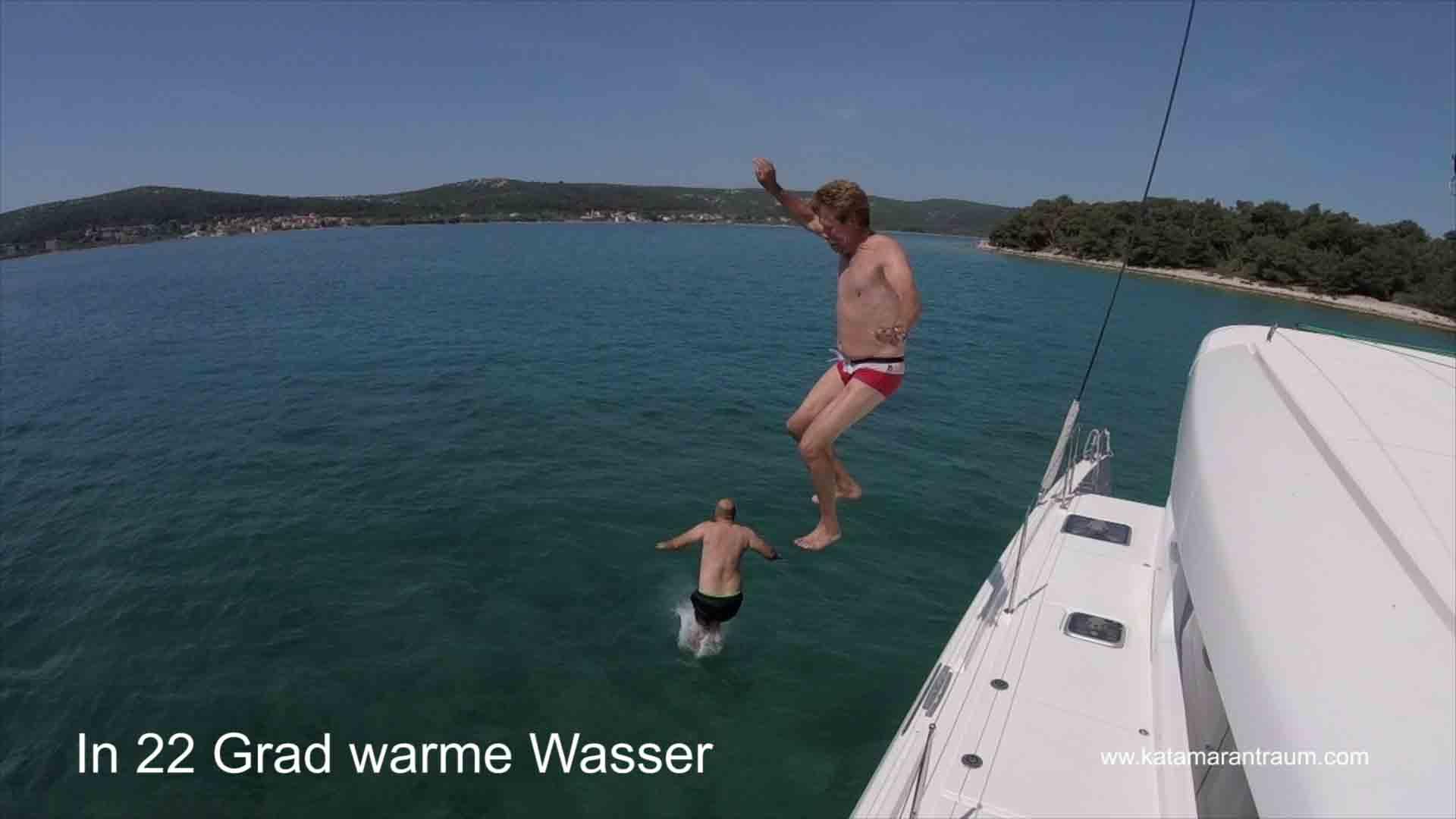 Skipper Jos und Katamarantraing Gast Attila gehen zu Wasser