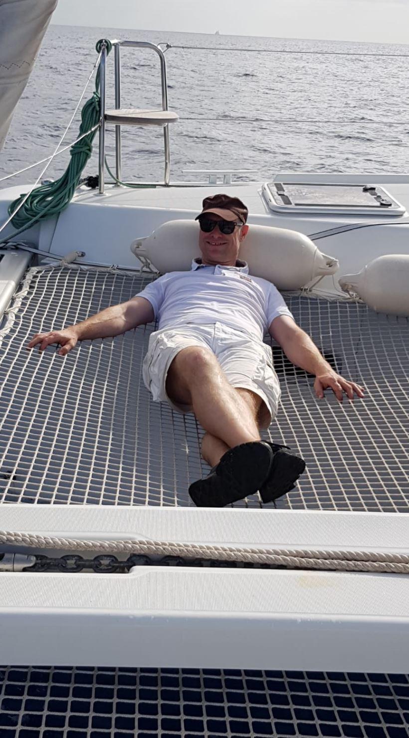 Relaxen im Trampolin beim Segeltörn mit unser Katamaran Lagoon 42