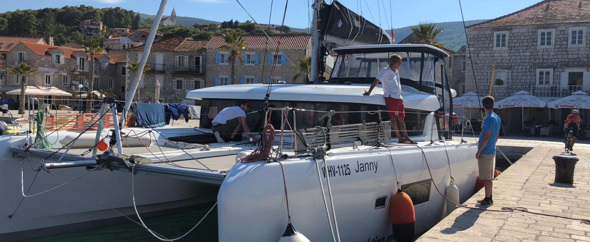 Skipper Jos hat sicher angelegt und ist zufrieden - Familiensegeln