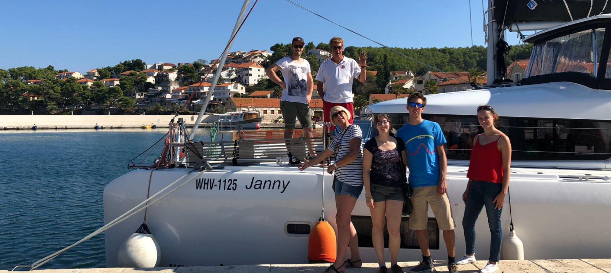 Segelfamilie possiert für der Katamaran Lagoon 42 Janny