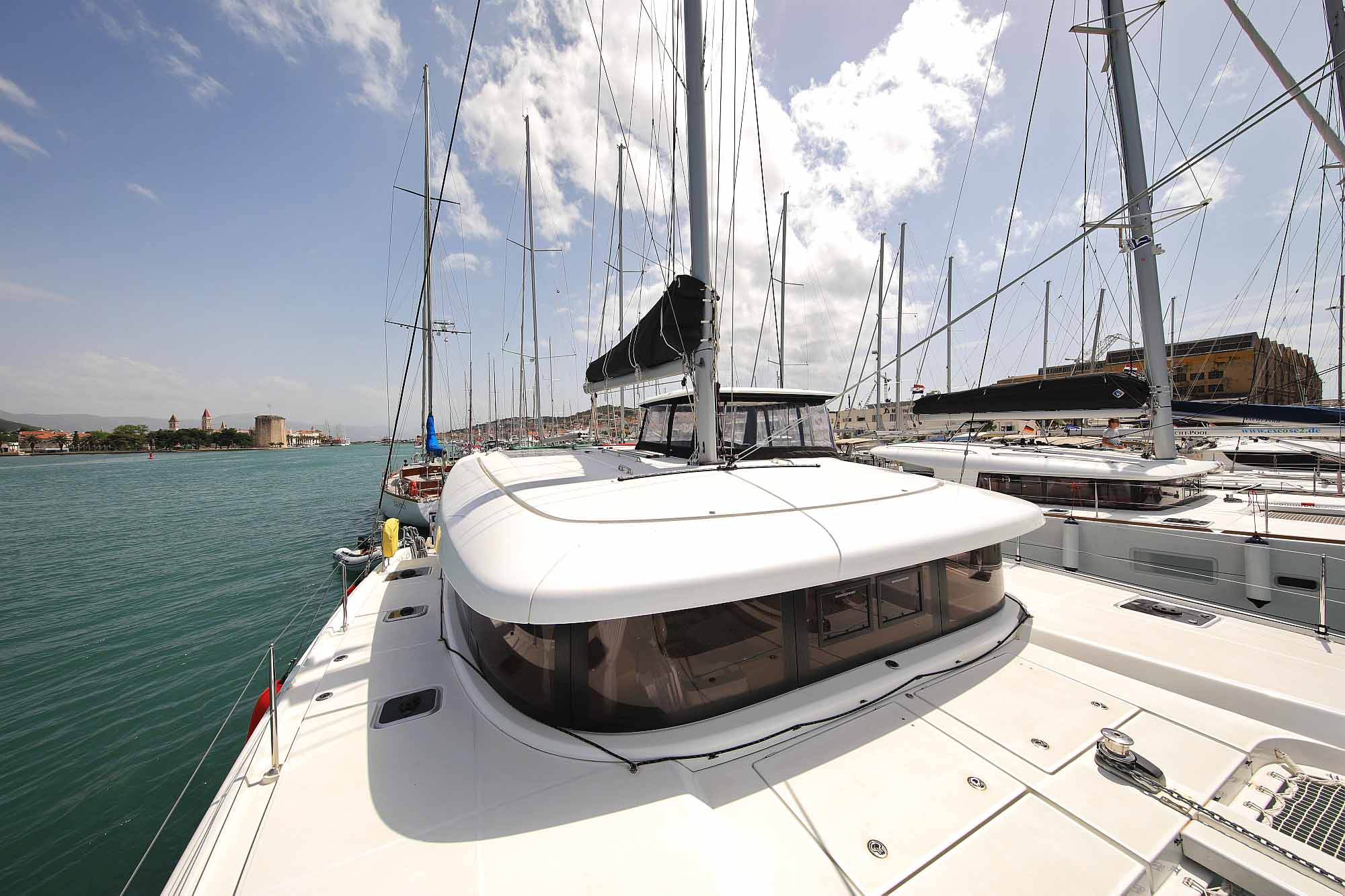 Vordeck Katamaran Lagoon 42: Bereit für Katamarantraining, Skippertraining, Hafenmanöver Training