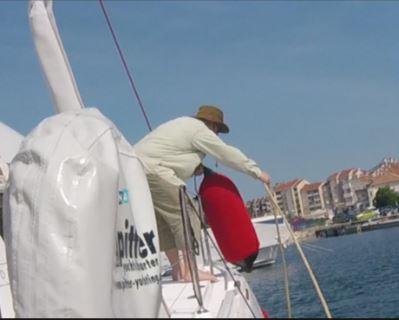 Crewmitglied zieht richtung Bug die Murinleine hoch und lasst es richtung Heck wieder ab