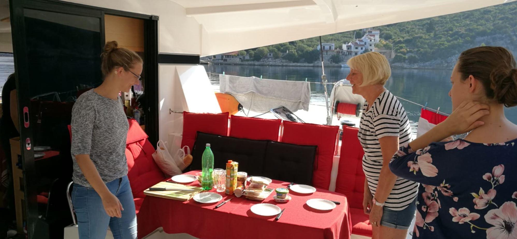 Segelreisen: Das Frühstück wird angerichtet