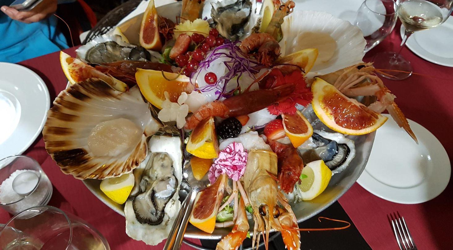 Genießen die lokale Fischgerichtn Siziliens