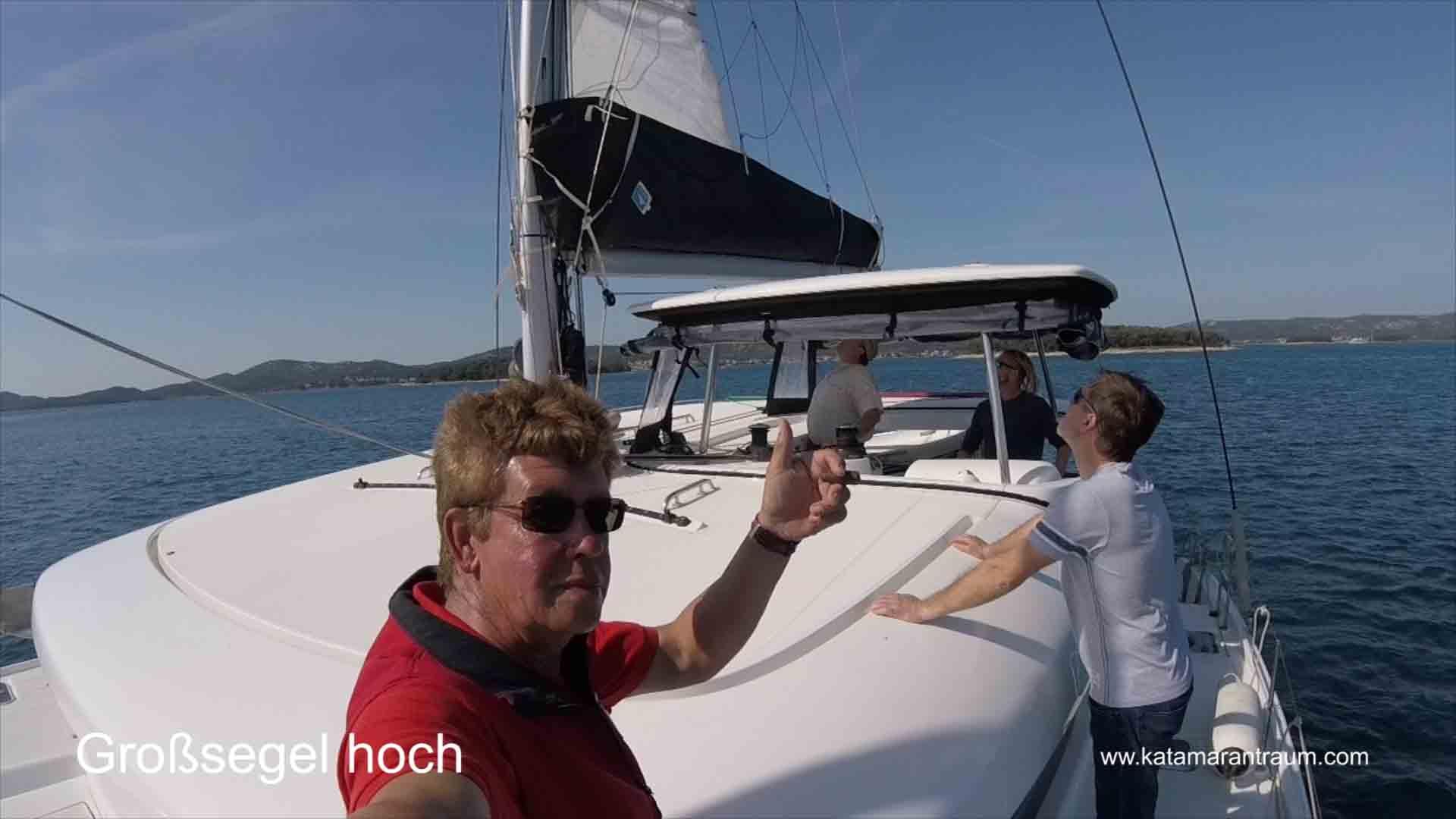 Beim Skippertraining nehmen die Katamarantraining Teilnehmer selbstständig die Segeln hoch