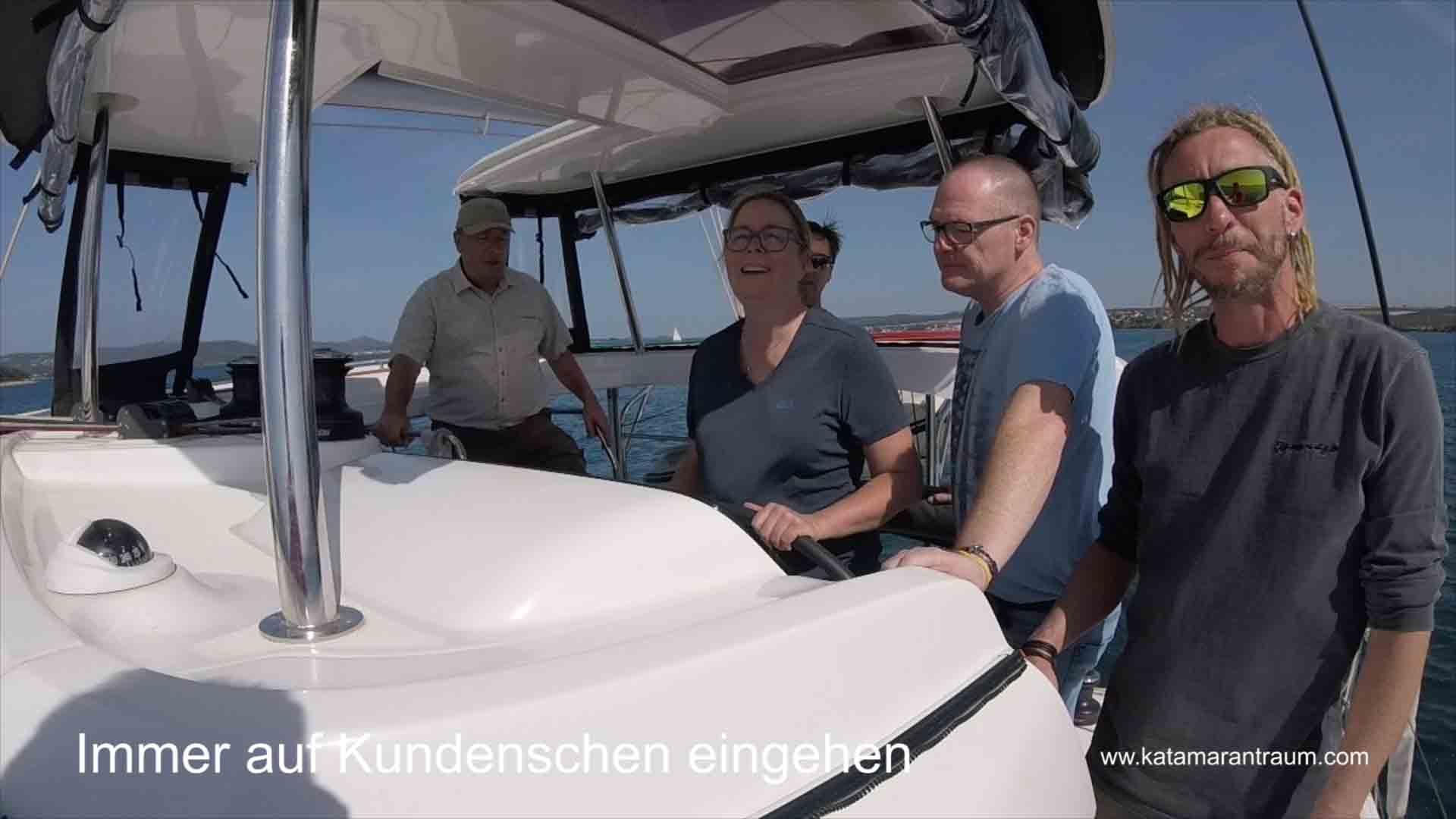 Skipper fragt die Katamarantraining Teilnehmer nach deren weitere Wünschen