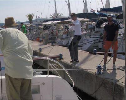 Crewmitglied mit der Hilfsleine (in zirka 3 Meter Abstand) die Muringleine aus den Wasser