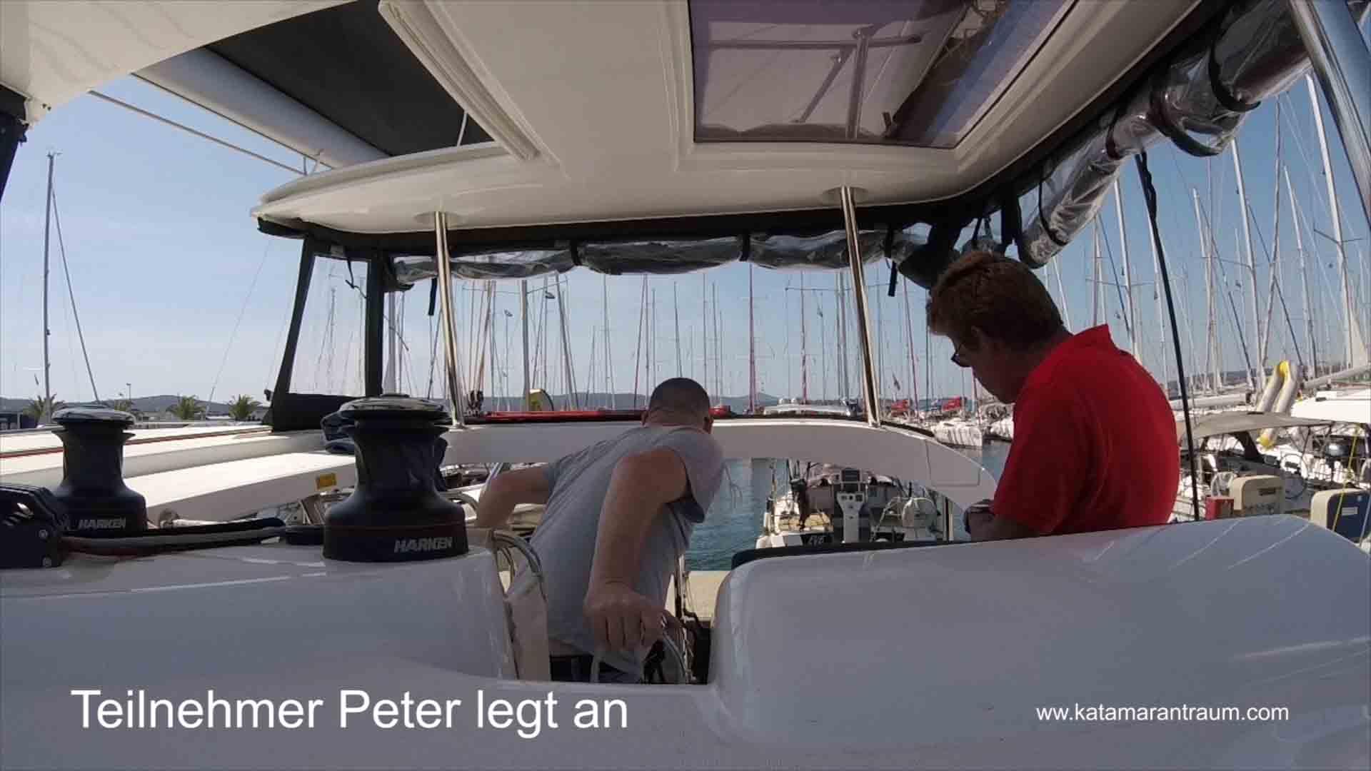 Peter legt beim Hafenmanöver kontroliert an