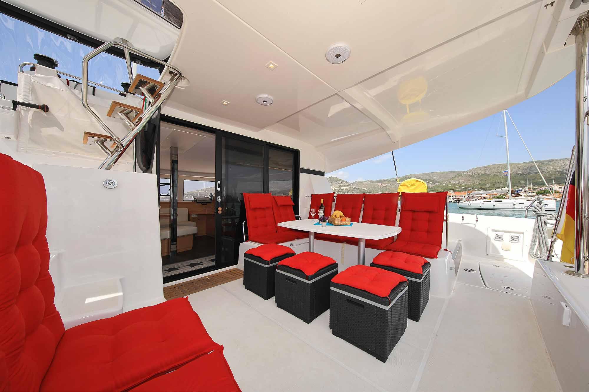 Extra Barhocker für die Chartergäste auf den Kanaren und Kroatien