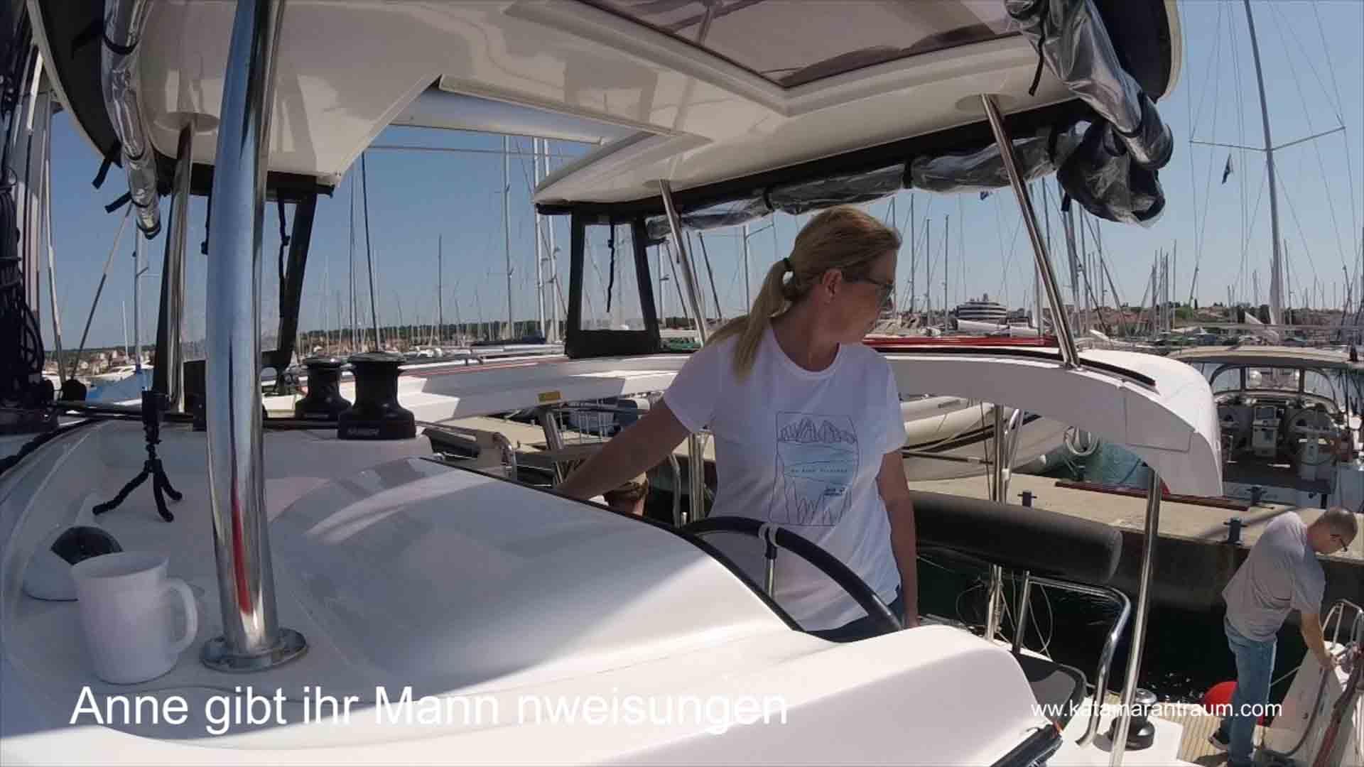 Anne gibt beim Katamaran Training anweisungen an die Männer