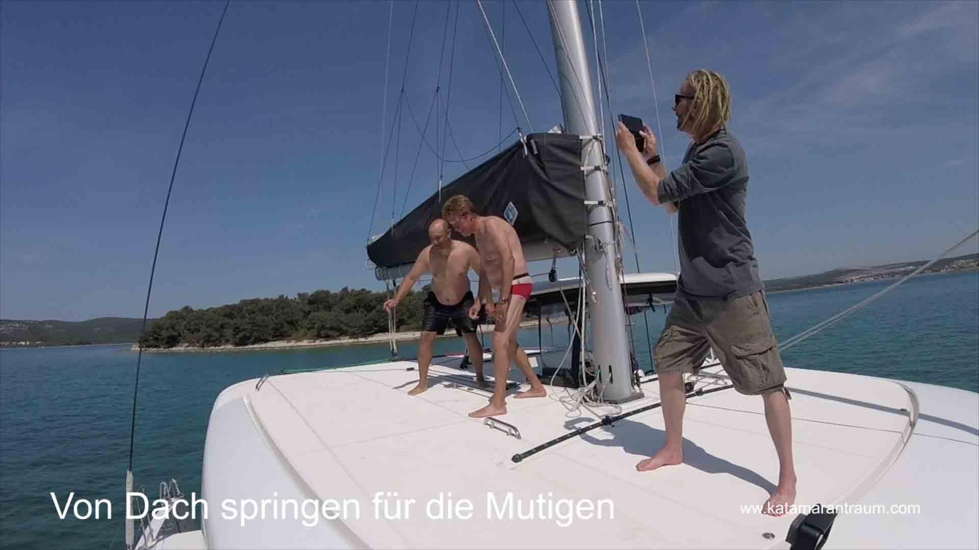 Mutige Katamarantraining Teilnehmer springen von Dach Lagoon 42 JANNY