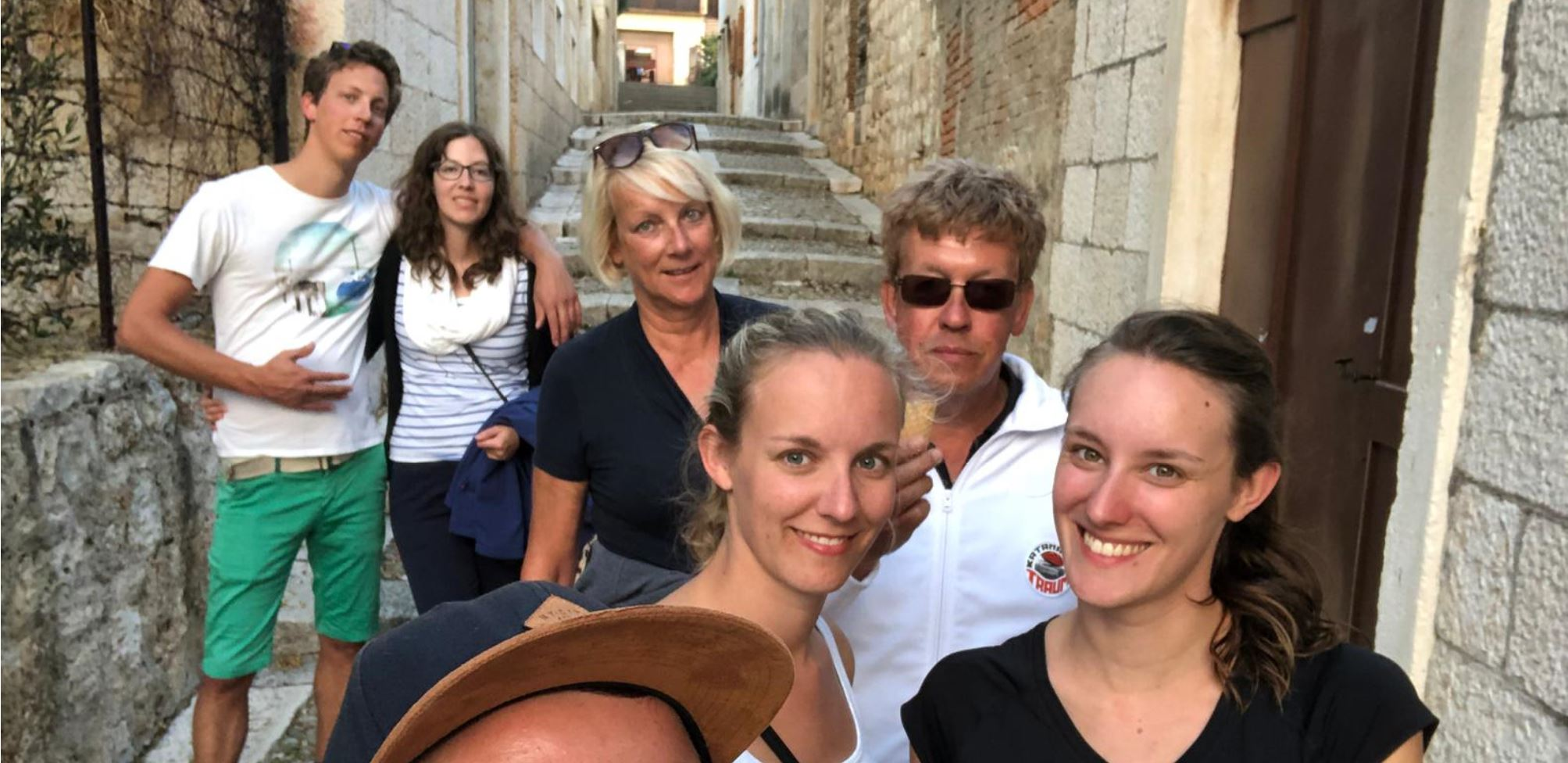 Segelfamilie besichtigt die Stadt