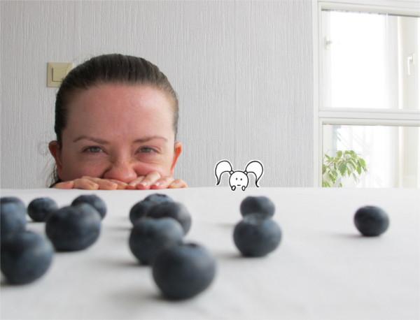 Beatrice Winkel - Trixilie und Bea beobachten die Blaubeeren-Herde