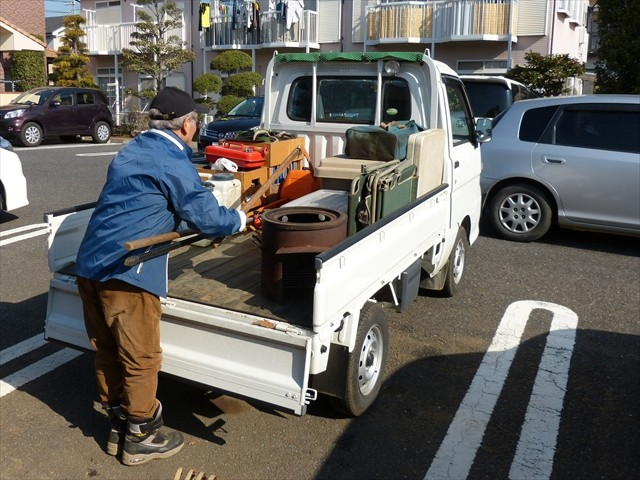 朝、作業器具をトラックに積み込みます