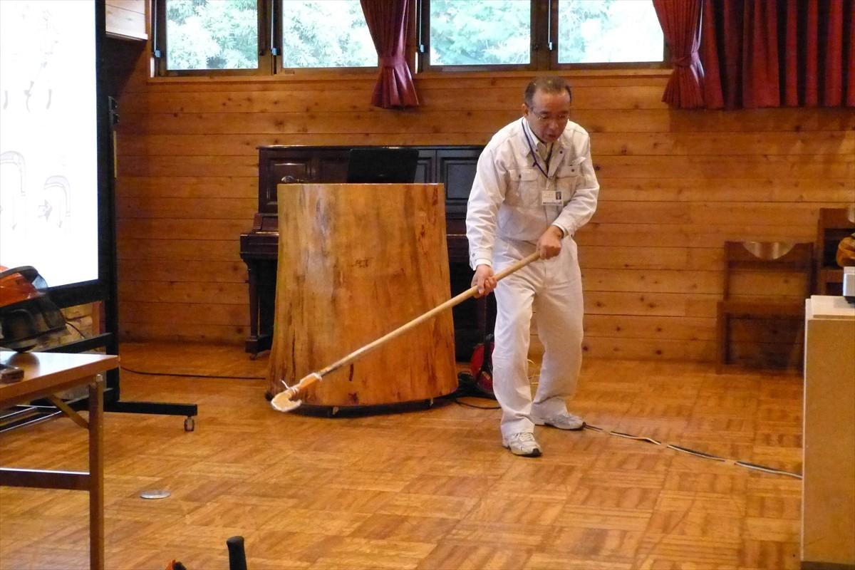 大鎌の使い方を実演する森先生(県林業事務所)