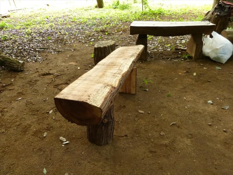 半割り丸太に足をつけてベンチ完成