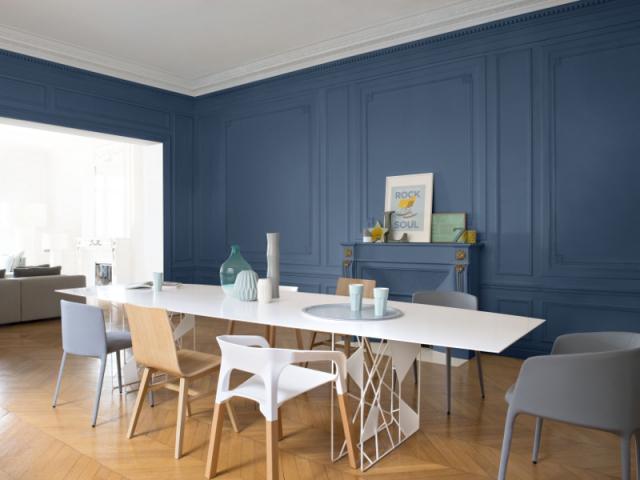 Le Peintre Caveirac A Appliqué Une Couleur Peinture Bleue Sur Des Boiseries  Murales.