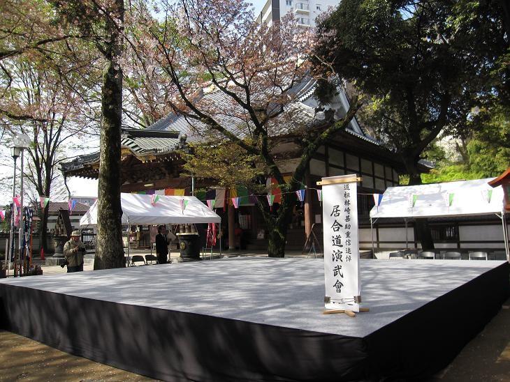 ステージ(上には桜の花びらが無数に)