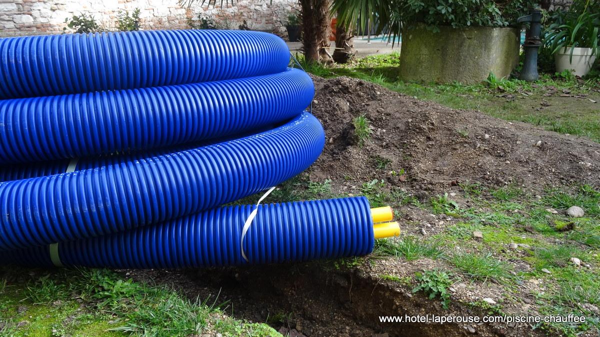 Le tuyau Microflex Duo Primo avant qu'il ne soit enterré pour relier la piscine à l'échangeur et la chaudière gaz