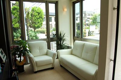 待合室には座り心地のよいソファをご用意しています