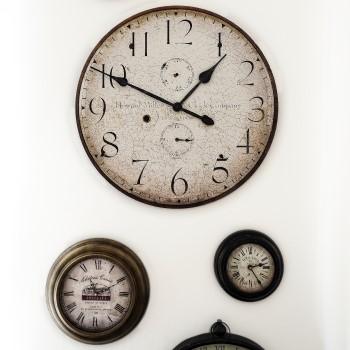 meerdere klokken die andere tijden weergeven