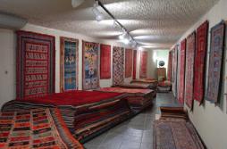 遊牧民の絨毯を常設した地下スペース