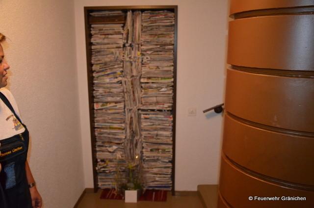 Die Eingangstüre gefüllt mi Altpapier