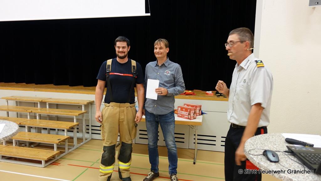 Links: Gion Roduner befördert zum Korporal