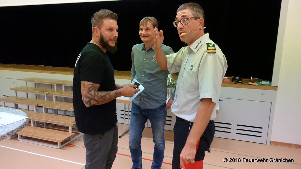 Links: Ivo Kocher befördert zum Gefreiten