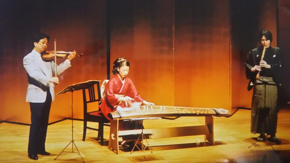 バイオリン、フルート、ピアノ等、洋楽器ともコラボレーションいたします。「春の海」 は好評です。