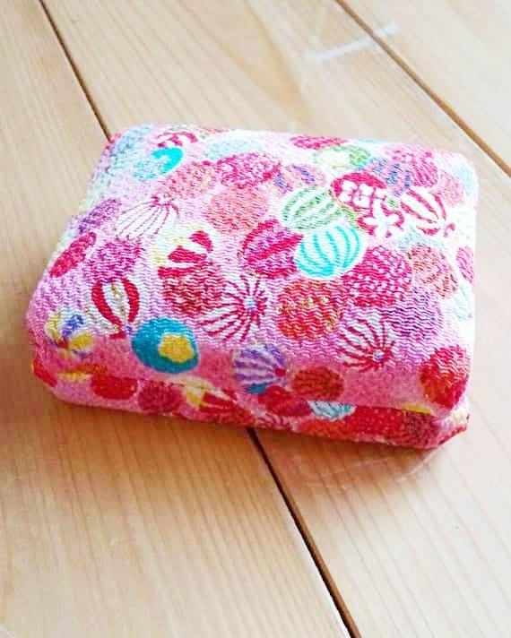 生徒さんのお婆様が孫(13才の女の子)の為に作ってくれた爪箱です。TSUTSUMI と内蓋にあるのでご自身のブローチ等が入っていた入れ物だったのだと思います。 可愛い孫の為にその子の好みで、似合う雰囲気の布でのんびり作る小物、ゆとりと💗が感じられて微笑ましく羨ましかったです。  私にもいつか孫ができて何か作ってあげたい…先過ぎて想像できません。  ❰教室のご案内❱ ◯JR鶴見駅、川崎駅、新横浜駅、東横線・綱島駅よりバス徒歩20分(駐車場あり) ◯マンツーマンの完全プライベートレッスン 月2回7000円 月3回8000円  火曜日~金曜日  10時~21時  1レッスン45分 完全予約制 *その他の日時、回数は応相談  ◯コンクール・芸大・音大受験🏫への対応可。当校から芸大進学した生徒もいます。 初心者~上級者まで個々人に合わせたレッスン。 ◯内容に応じて合奏🎶のレッスンも行います。 ◯レンタル楽器あります。  #琴#三味線#横浜市#鶴見区#日本文化#日本伝統 #横浜市鶴見区#横浜市鶴見区生麦地区センター#横浜市鶴見区お琴教室#横浜市おこと#横浜市鶴見区三味線教室#新春コンサート#横浜市鶴見区港北区 #手作り小物#ま手作り和風小物#和風リメイク #和風小物入れ#爪箱 #孫