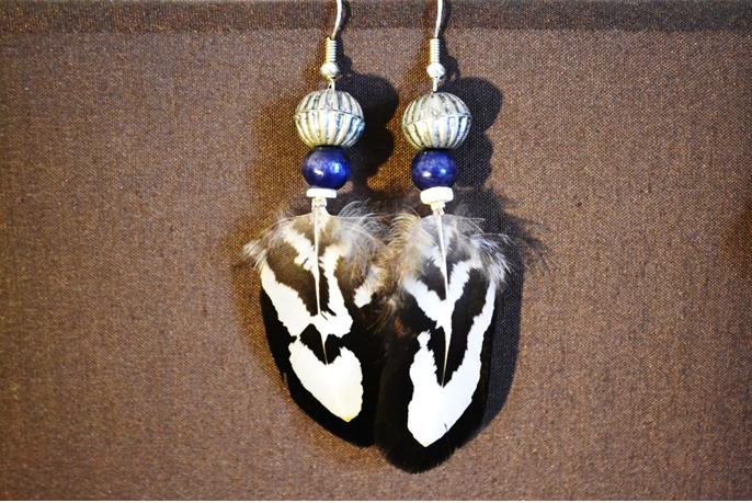 Boucle métal argenté, perles fantaisie, plume Faisan